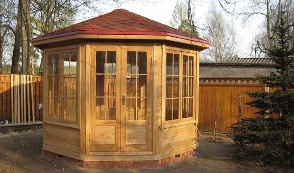 Купольная крыша - наиболее сложная. Если беседка своими руками строится впервые, и опыта работы с древесиной мало, лучше найдите другой вариант