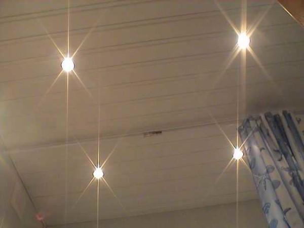 Patru becuri de lumină halogen pe un plafon din plastic sunt alimentate de un singur transformator