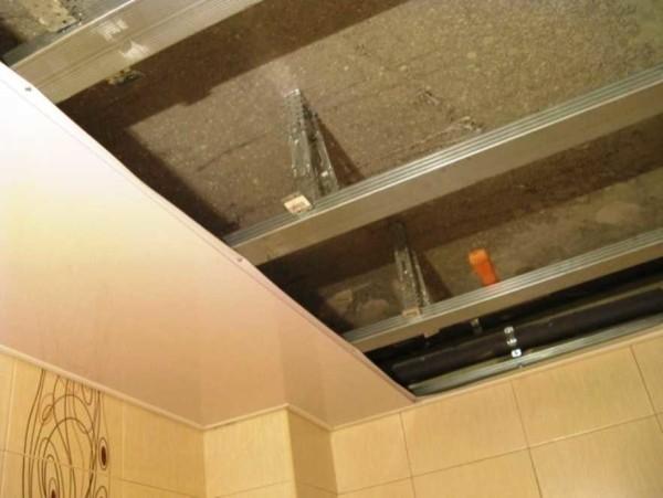 Soffitto sospeso realizzato con pannelli di plastica