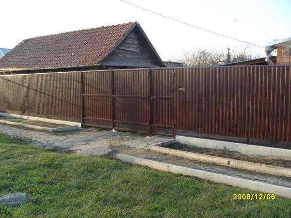 Připravený plot od profesionální podlahy s vlastními rukama