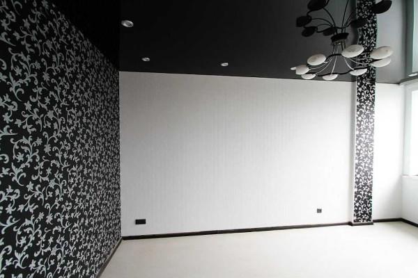 Die dunkle Wand vor dem Fenster verdunkelt den gesamten Raum