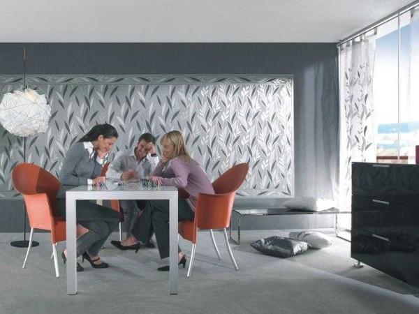 Panel von Tapete von einer anderen Farbe im modernen Innenraum