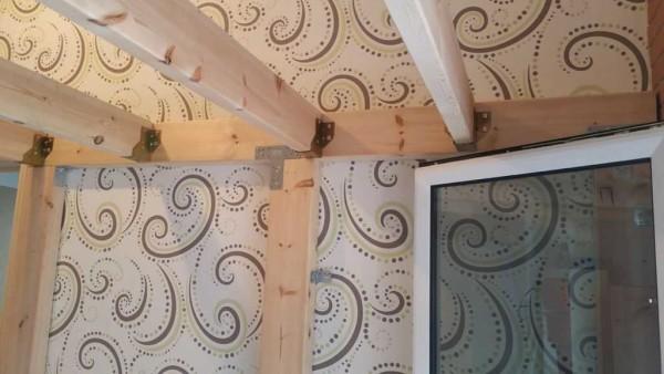 Пластиналардың бүйір беттерінде бекіткіштерді орнатуға арналған тесіктер бар. Сіз қолайлы ұзындықтағы бұранданы немесе тырнақтарды қолдана аласыз.