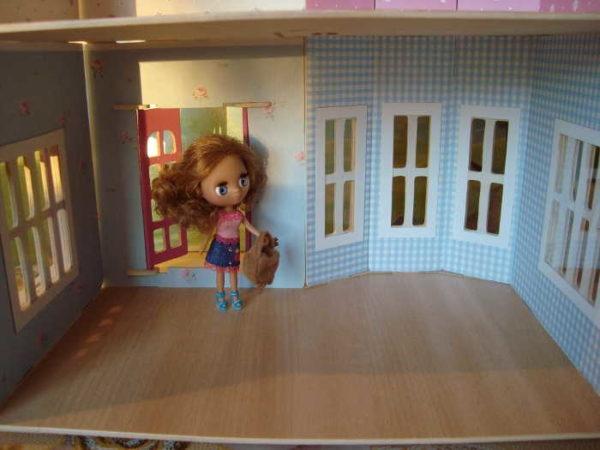 Høyden på taket i dukkeområdet skal være to ganger høyere enn dukker