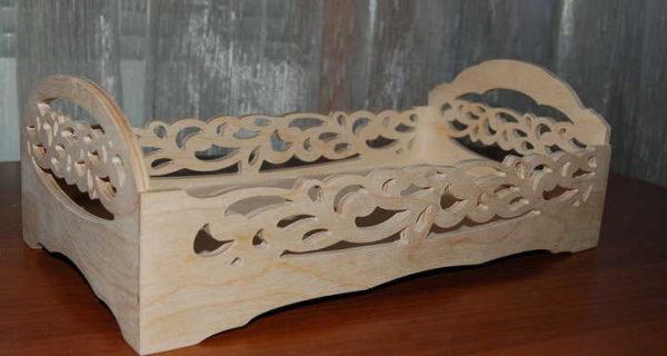 Faragott fából készült babaágy