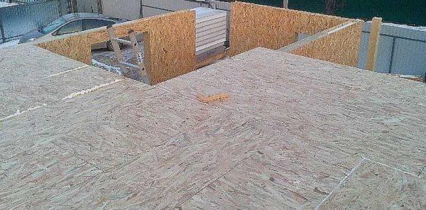 Overlappende plader fra sip-paneler er stablet på den færdige ramme. De skal være en bredde på højst 625 mm, de skal lægges i desintegration (med mismatch af sømme). Da panelerne er smalle, træstænger i overlapningen. På grund af dette, sådan overlappende og opretholder belastningen på de steder, hvor der ikke er nogen blokeringsbjælke.
