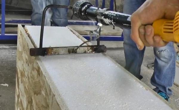 """Efter at have skåret pladerne bliver det nødvendigt at fjerne polystyrenskummet på den ønskede dybde. Til disse formål anvendes en elektrisk termisk termisk (cutter) til skum. De er af forskellige designs, men i obligatorisk bør termisk være udstyret med en begrænser. Kun i dette tilfælde kan du fjerne polystyrenskummet nøjagtigt til den ønskede dybde. """"Bust"""" er fyldt med det faktum, at kolde broer kan forekomme i forbindelse med forbindelsen af panelerne."""