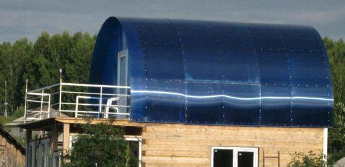 Para uma pequena casa de banho, um telhado semelhante de policarbonato é uma solução ideal.