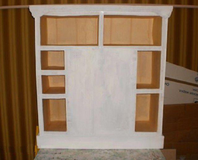 Tylna ściana kominka z półkami przed wykończeniem