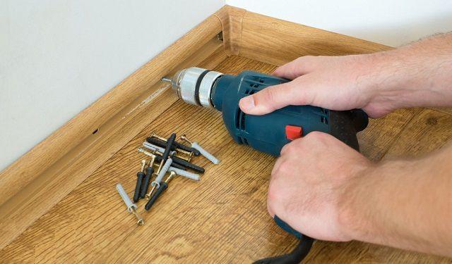 Efterbehandling på gulvet er afsluttet ved at installere plinter