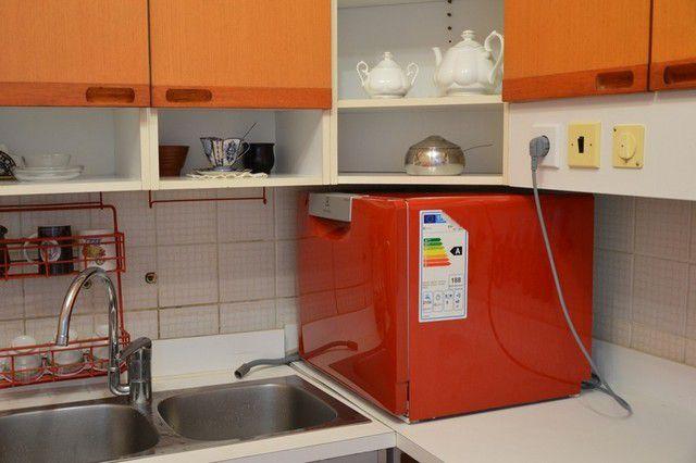 Шланг слива не подключен, а просто опущен в чашу кухонной мойки