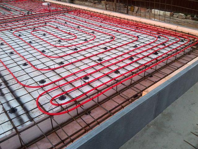 Den mest korrekta rörledningen på det varma golvet är den som ligger vid byggnadsstadiet i huset