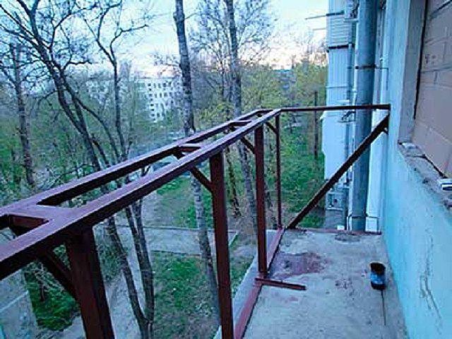 Балкон тек үстіңгі жағында, жылтыратылған терезе маңындағы шығарылған кезде кеңейеді