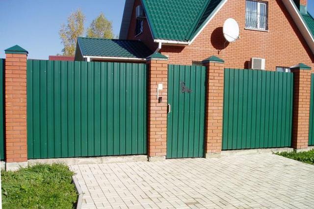 Externě, dobře dodaný plot z profesionální podlahy vypadá velmi atraktivní a může být dobře kombinován, například s střechou doma