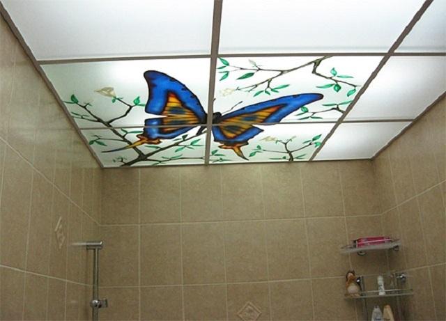 Пластиковые панели, имитирующие стекло, могут быть декорированы рисунками, которые станут очень выгодно смотреться при правильно организованной подсветке