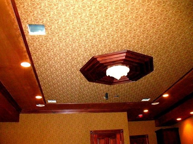 Тканевый натяжной потолок с красивым тисненым рисунком