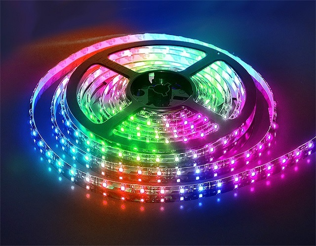 Flerfarvet RGB LED-striplys.