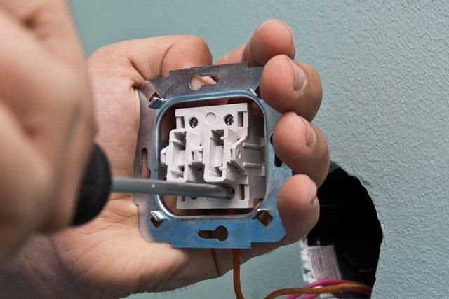 En sık, vida terminalleri anahtarlarda kullanılır - temas sıkılaştırması bir tornavida kullanılarak gerçekleştirilir.