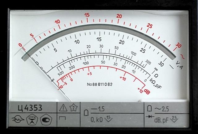 «Дисплей» некогда очень популярного мультиметра Ц4353. Одна стрелка и множество шкал, с которыми начинающему бывает непросто разобраться.