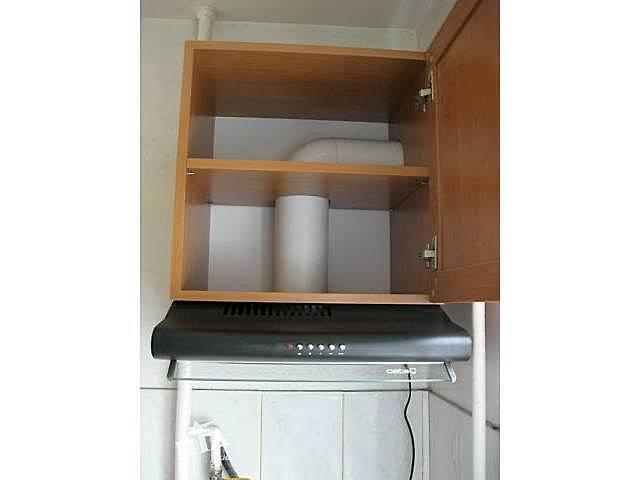 A kapucnis a konyhaszekrény alsó síkjára kerül. A kabinet belsejében elrejtheti a légcsatorna csöveit.