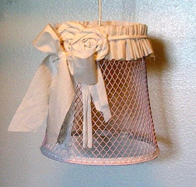 این اغلب سبد پوشش نسبتا جامد است، اما تنها رنگ آمیزی شسته و رفته و استفاده از چندین عنصر تزئین شده است.
