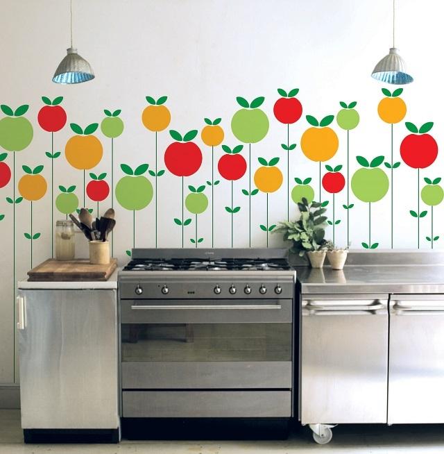 Вариант оформления стены на кухне трафаретным рисунком