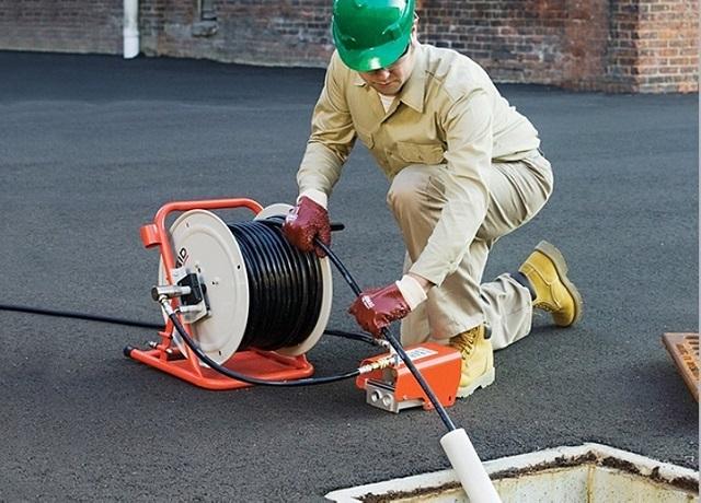 Làm sạch ống nước thải với phương pháp thủy động lực.