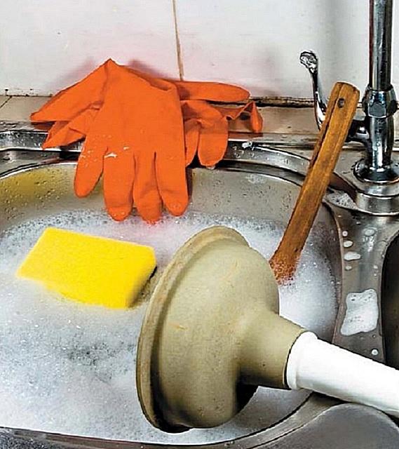 Прочистка канализации с помощью вантуза и горячей воды.