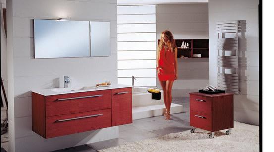 Badausstattung Badmöbel Waschbeckenunterschrank Spiegel Armaturen hübsche Frau