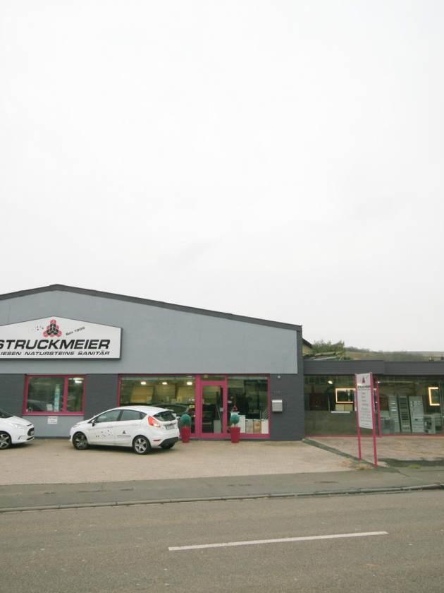 Parkplatz Frontansicht Firma Struckmeier Fliesengroßhandel GmbH Fliesen Autos