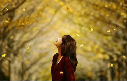 Status tình yêu Thu gõ cửa. Nắng hanh hao, gió hanh hao. Như lòng người lúc vơi lúc cạn