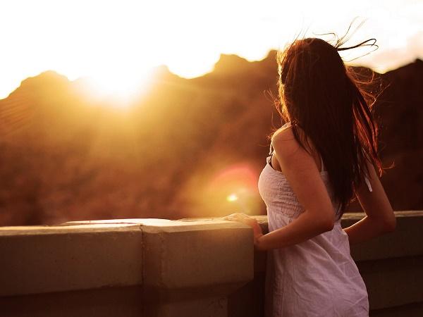 Status tâm trạng Phía sau một cô gái là những khoảng trời giông bão
