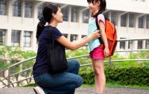 Bố mẹ hãy âu yếm để tạo động lực cho con trước khi tới trường