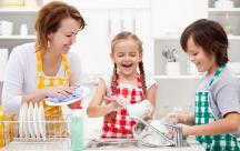Bố mẹ thông minh sẽ biết cách tạo cho trẻ cơ hội tự làm mọi việc