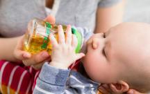 Khi nào thì bố mẹ bắt đầu cho trẻ uống nước quả ép?