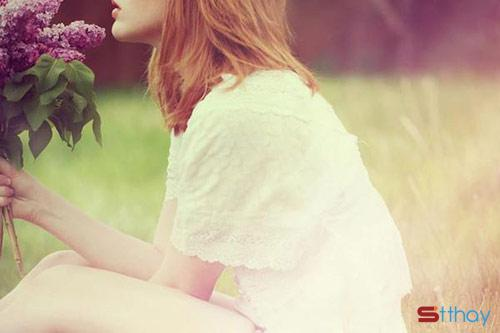 Status yêu thương viết cho cô gái tháng 6 Sao em còn ngồi đó lơ đãng hứng mưa vào thân mình
