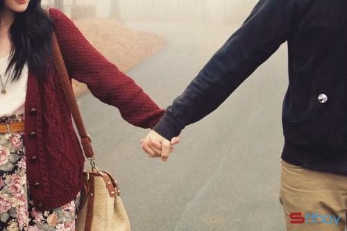 Những status yêu thương hãy nắm tay em đi qua những ngày mưa anh nhé!