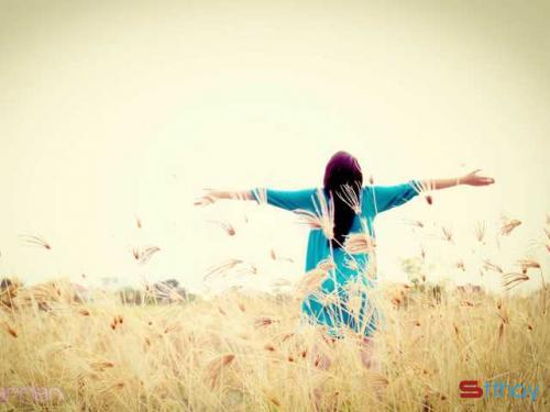 Trưởng thành là khi tôi cảm nhận được rằng cô đơn và nỗi buồn luôn bủa vây quanh mình. Là khi buồn đến mức chỉ chực bật khóc cũng chẳng có lấy một người ở bên. Là chính cái lúc tôi nhận ra nên tự yêu lấy bản thân. Và phải tự thương mình những lúc thấy cô đơn hoang hoải như thế.