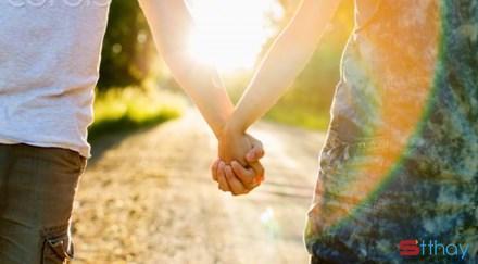 Những Stt lãng mạn Hãy nắm tay nhau thật chặt và đi đến cuối đường