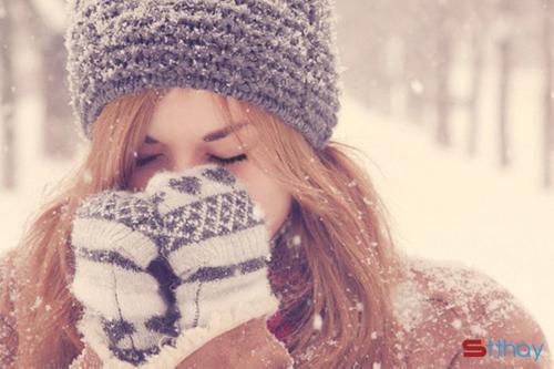 Mùa đông sang, mùa cô đơn đến, em co ro trong cái lạnh đất trời. Bàn tay đưa ra, chẳng được ủ ấm mà chỉ nhận được cái nắm tay lạnh toát của trời đông. Trí nhớ sực tỉnh rằng mình đã lạc mất nhau tự bao giờ, em đi tìm anh giữa những dòng người đông đúc mỗi ngày.