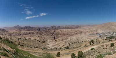 Der Blick von Oben auf die jordanische Felsenstadt Petra