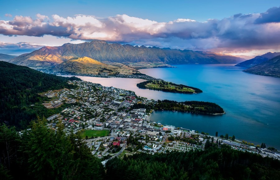 The View From Above Here is a good example of a daily image. I went to the top of the gondola with Tom Anderson to look down on Queenstown, New Zealand from above.I want to sleep up here one night to get the sunrise… if anyone can hook me up with that, drop me a note! :) I'll bring the hot chocolate!- Trey RatcliffClick here to read the rest of this post at the Stuck in Customs blog.