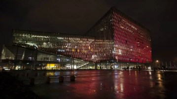 The Harpa Concert Hall and Conference Centre in the heart of Reykjavik looks a bit like a Space Ship doesn´t it?