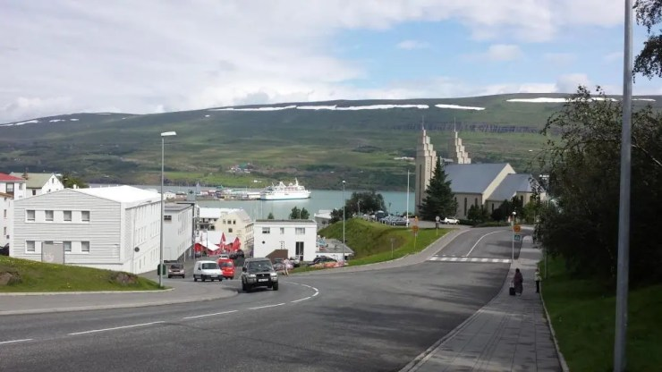 The iconic church of Akureyri on the right. The awesome resturant Rub 23 is in the left house on the left.