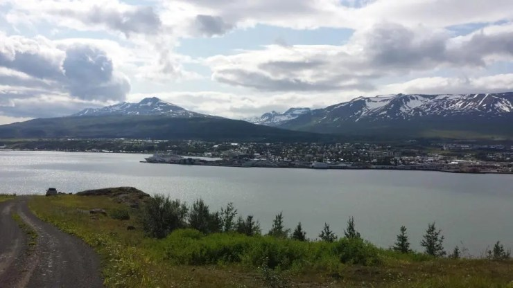The mountains above Akureyri look serene in the distance. Don´t let that fool you.