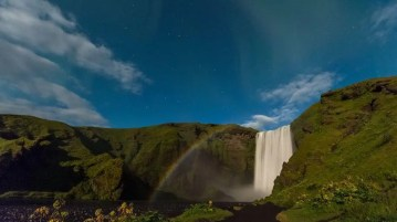 Do you want to look for the northern lights and stargazing in Iceland ? Stars and northern lights at Skógarfoss waterfall.