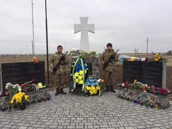 Возле админграницы с Крымом открыли памятник погибшим за Украину крымчанам 11
