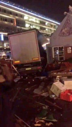Грузовой автомобиль протаранил рождественскую ярмарку в Берлине (ОБНОВЛЕНО) 2