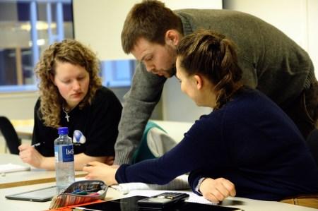 Studenter jobber gjerne sammen, og får hjelp av eldre studenter dersom de ikke greier å løse oppgavene på egenhånd.