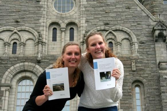 Iselin Pettersen og Eirin Gjendemsjø er akkurat ferdige med utdanningene sine ved NTNU. Her holder de frem hver sin masteroppgave som er sluttresultatet av arbeidet de har gjort den siste tiden.